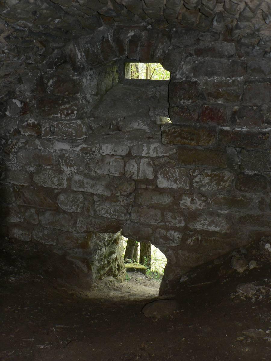 Pod stropem klenby se naléza podélné okénko, jeho primární funkcí bylo pravděpodobně odvětrávání prostoru. Vzhledem k tomu, že podlaha sálu je, tedy lépe řečeno byla, ve stejné výškové úrovní jako pata příslušné obvodové zdi hradu, můžeme předpokládat existenci dalšího podzemního prostoru pod tímto.