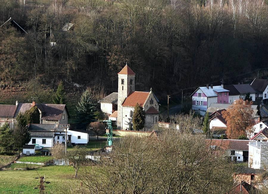 Pohled z hradu na Mohelnici nad Jizerou. Stavba uprostřed je malý farní kostel Nanebevzetí Panny Marie. Tento malý kostel, postavený v románském slohu, pochází z druhé poloviny 12. století. V roce 1787 byl rekonstruován.