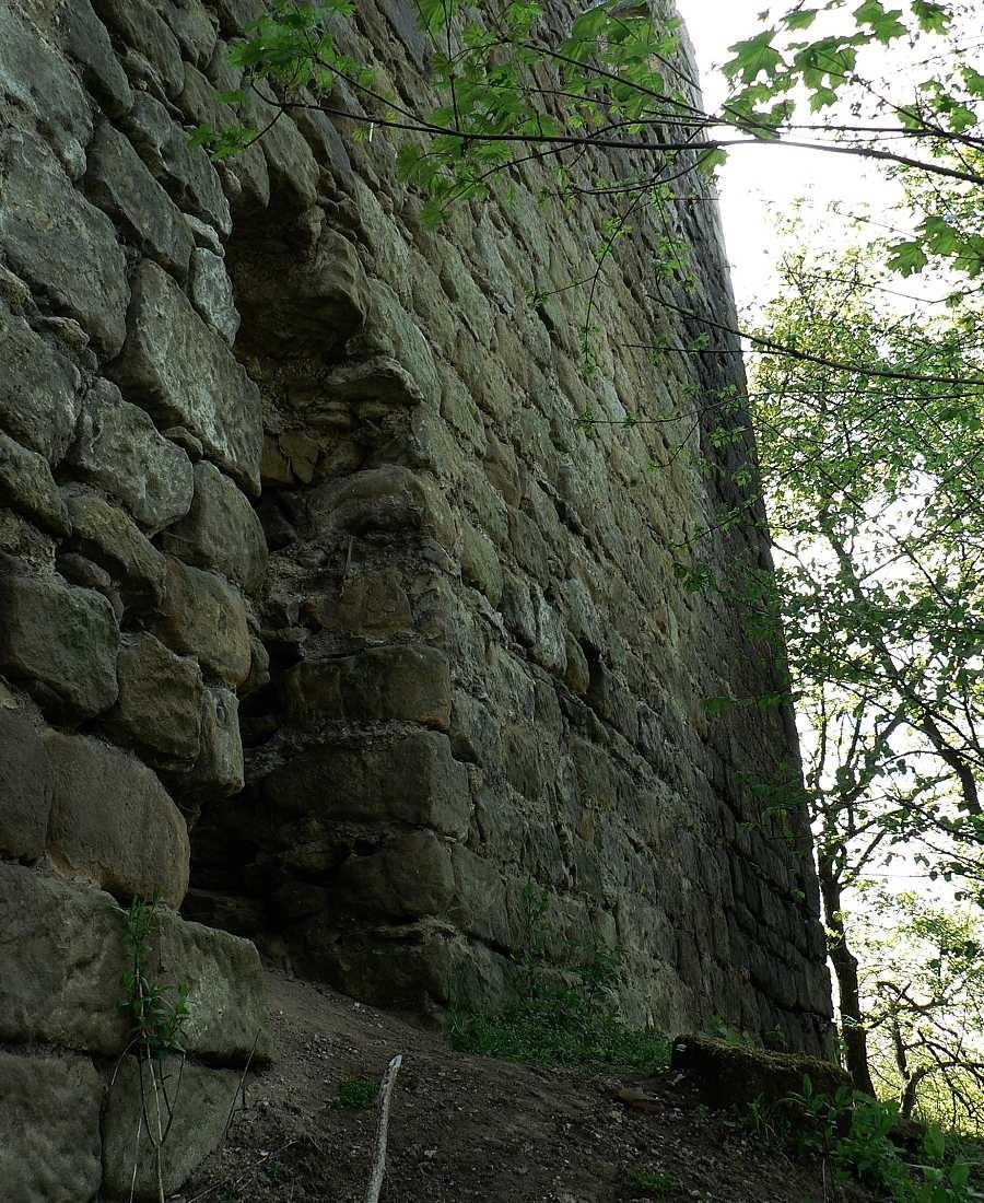 Severní zeď původního hradu/tvrze