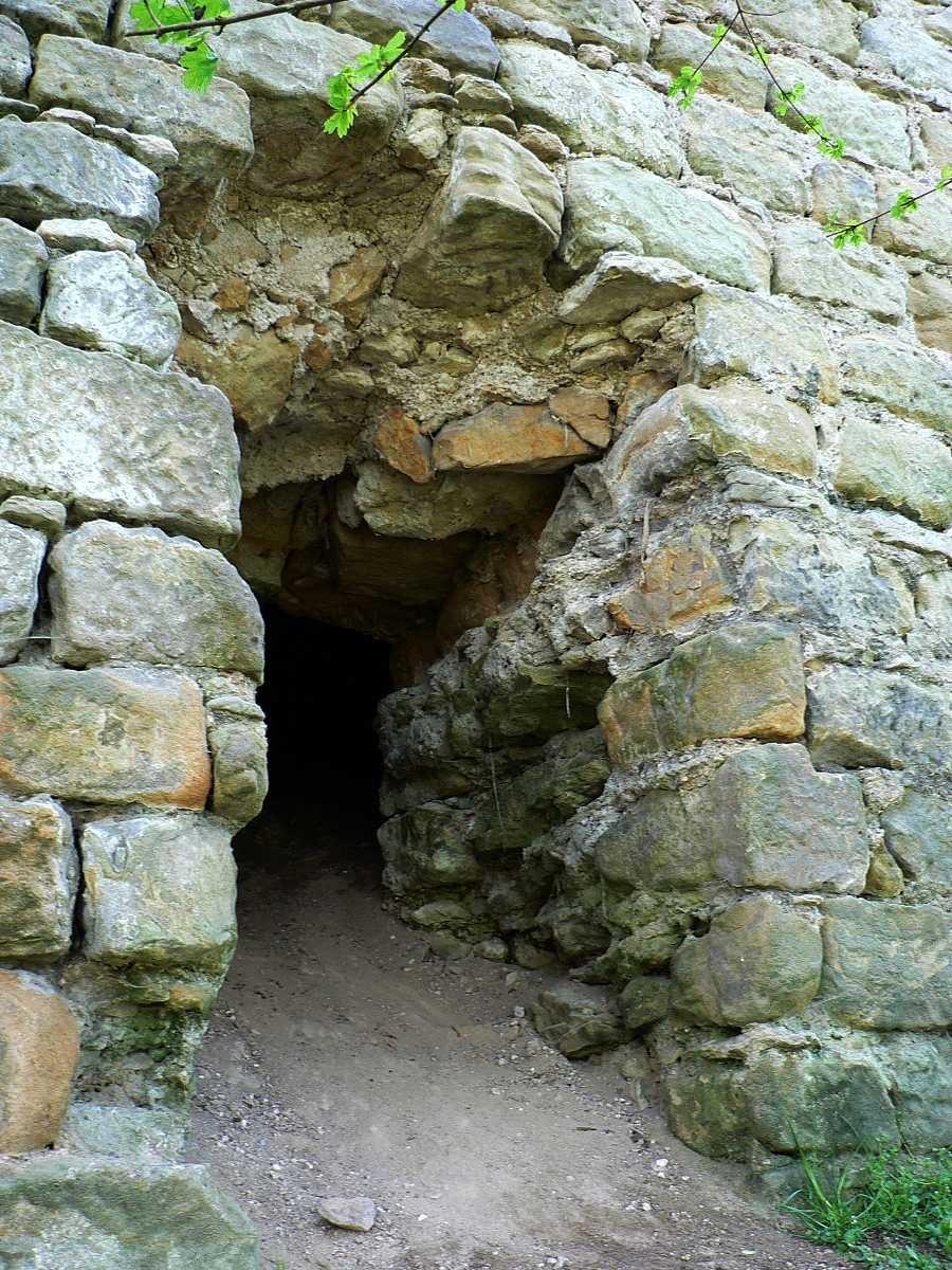 Otvor ve zdi je vytvořen uměle, to prozradí už první pohled. Ono je to i logické, vstupní/výstupní díry v obvodových zdech hradu, pokud se nejednalo o brány či výpadní branky, nebyly doporučovaným prvkem.