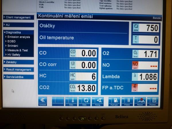 Při měření emisí mohou být vidět kontrolované jedy (CO a HC) jako v absolutním pořádku. Méně znalý emisní mechanik chvíli čaruje, aby dostal hodnotu