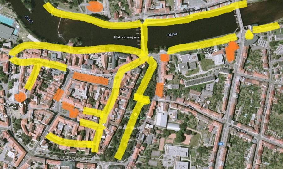 Centrum Písku. žlutá: oblasti pro pěší, oranžová: parkování.