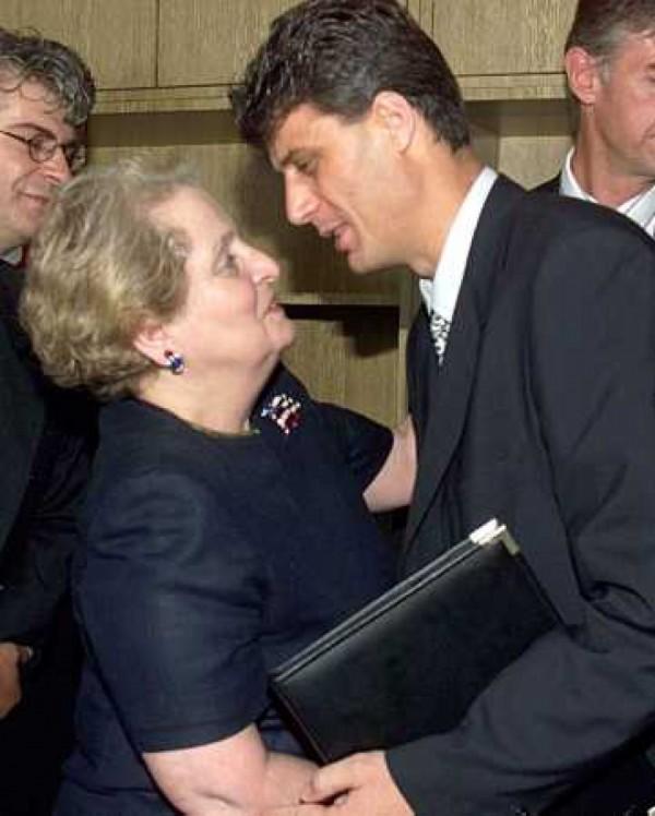 Balkánská řeznice Madeleine Albright a kosovský narkomafián Hashim Thaçi v družném objetí