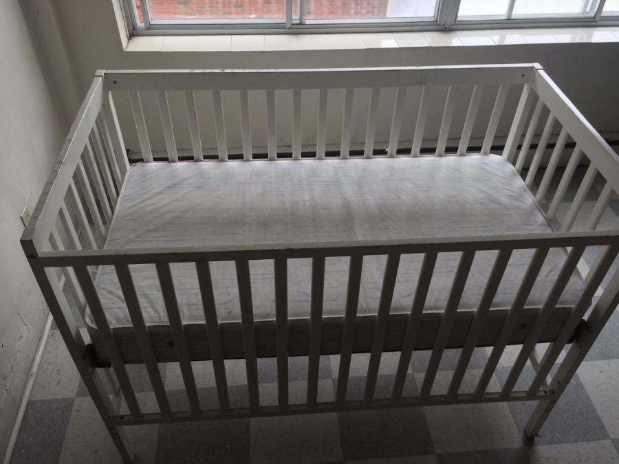 Kanadské vybavení přijímacího uprchlického zařízení je velmi obyčejné. Pouze postel a holé stěny a nejdůležitější zázemí pro hygienu.