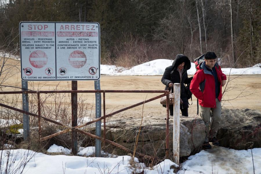 Na snímku: Dva lidé, kteří tvrdili, že pocházejí z Turecka, nelegálně překročili hranici z USA do Kanady dne 23. února 2017 poblíž Hemmingfordu, v Quebeku.