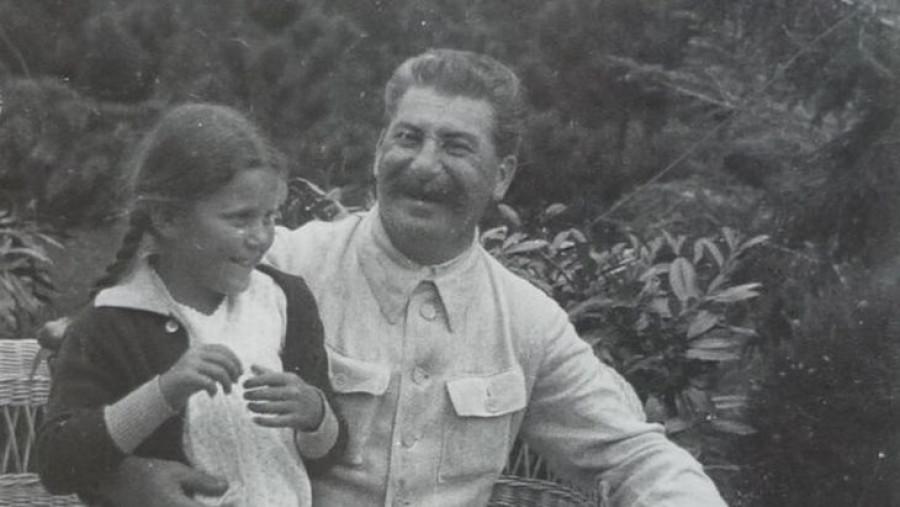 Stalin se svou dcerou Světlanou v dobré náladě