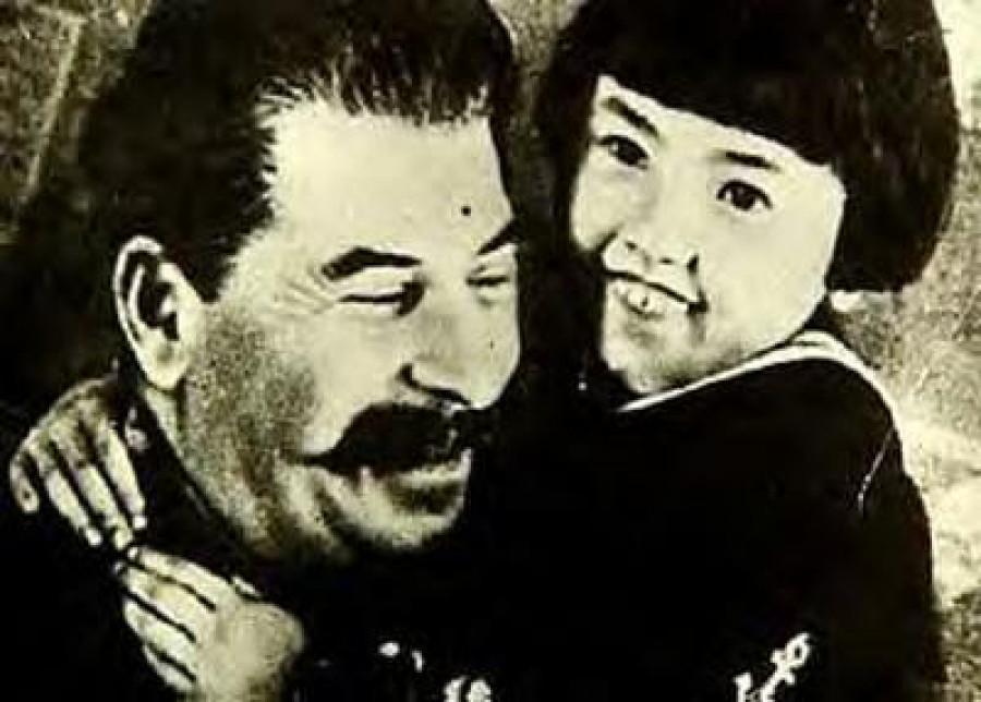 Zachránce světového míru, jehož Rudá armáda dokázala rozdrtit nacistického agresora a hnát hitřleovskou teroriristickou soldatesku až do Berlína, kde se zbabělec Adolf Hitler posral a výstavní árijská rodinka tvůrce Katyňské lži Josefa Goebbelse spáchala sebevraždu.