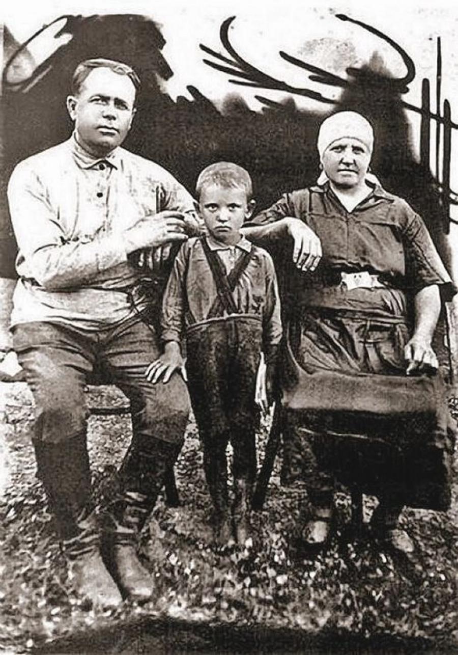 Michail Gorbačov. Uprostřed.
