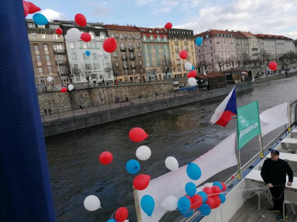Krátce po 17,00 vypouštíme do vzduchu stovky balonků v národních barvách.