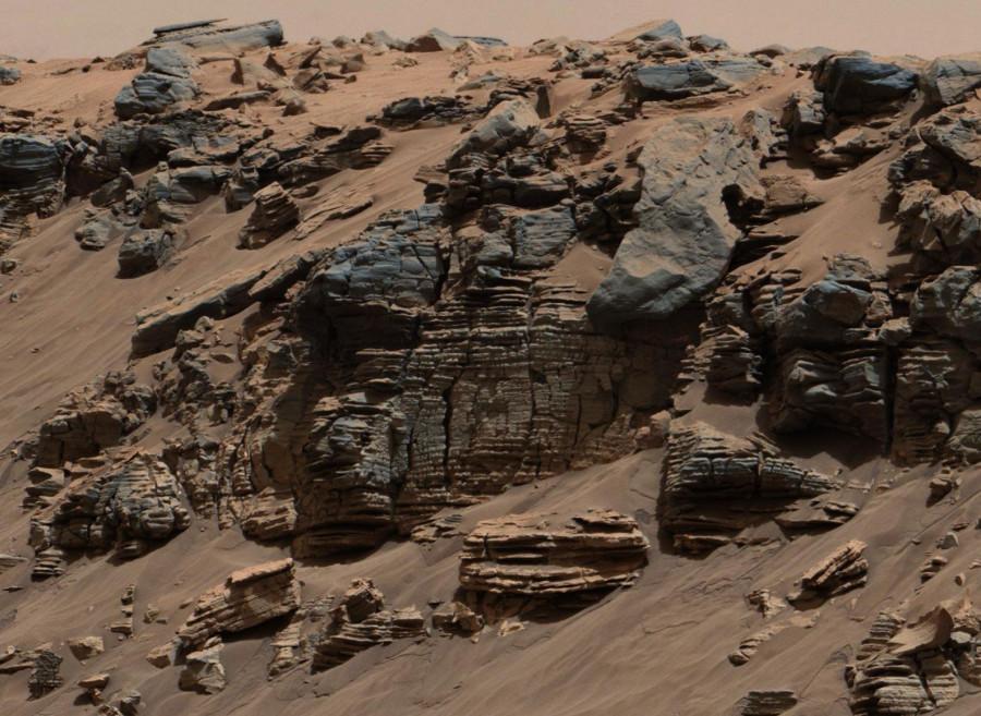 Obrázek: Sedimenty na dně bývalého jezera. Zdroj: NASA / JPL-Caltech / MSSS, https://mars.nasa.gov/resources/26036/sedimentary-signs-of-a-martian-lakebed/?site=msl