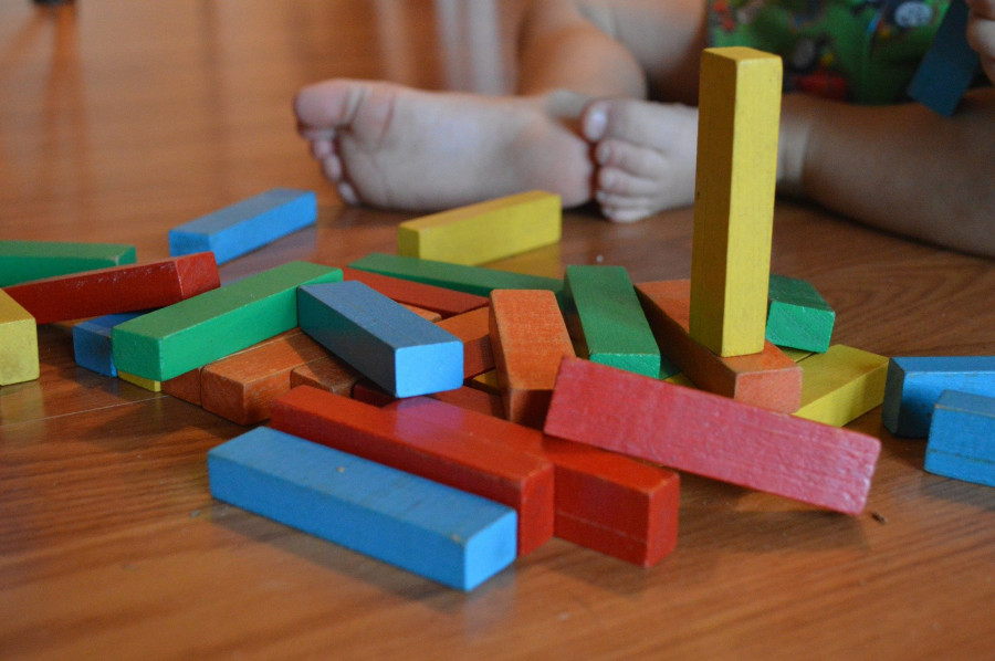 Dítě se při hře učí i uvažovat, logicky myslet.