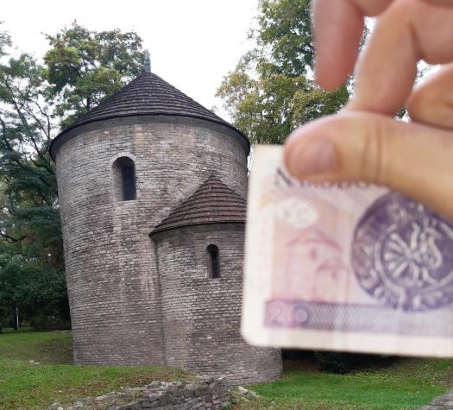 Rotunda sv. Mikuláše a sv. Václava s přiloženou dvacetizlotovou bankovkou.
