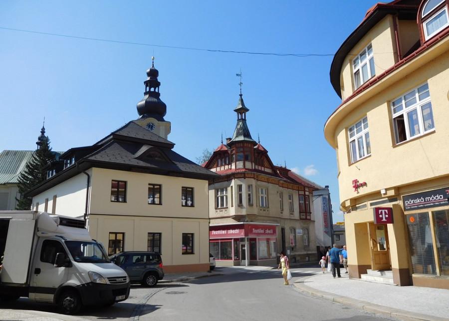 Budova vlevo - CHKO Beskydy. Snad 200 let stará.