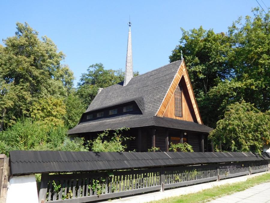 Míjím dřevěný kostelík – evangelická motlitebna.