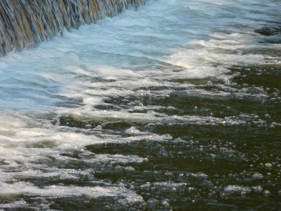 Voda jiskřila.
