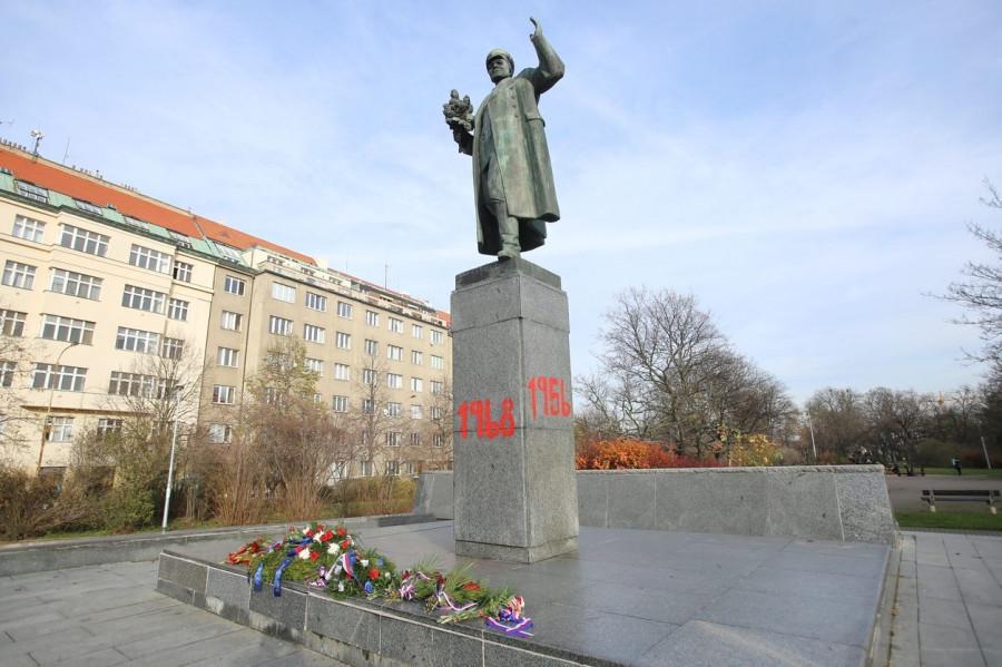 Socha maršála Koněva v Praze Bubenči s nastříkanými letopočty.