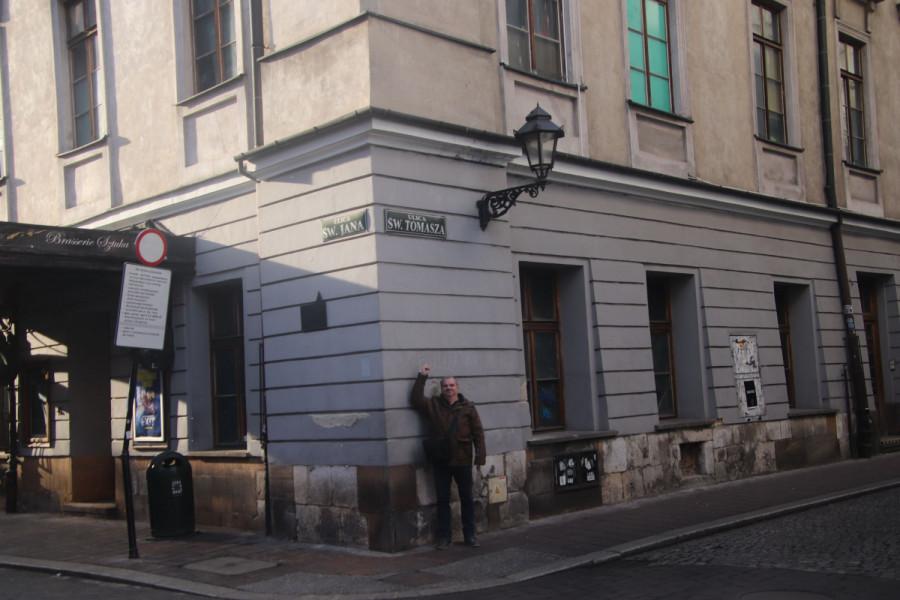 Autor této reportáže se samozřejmě musel nechat vyfotit na rohu ulice Sv. Tomáše.