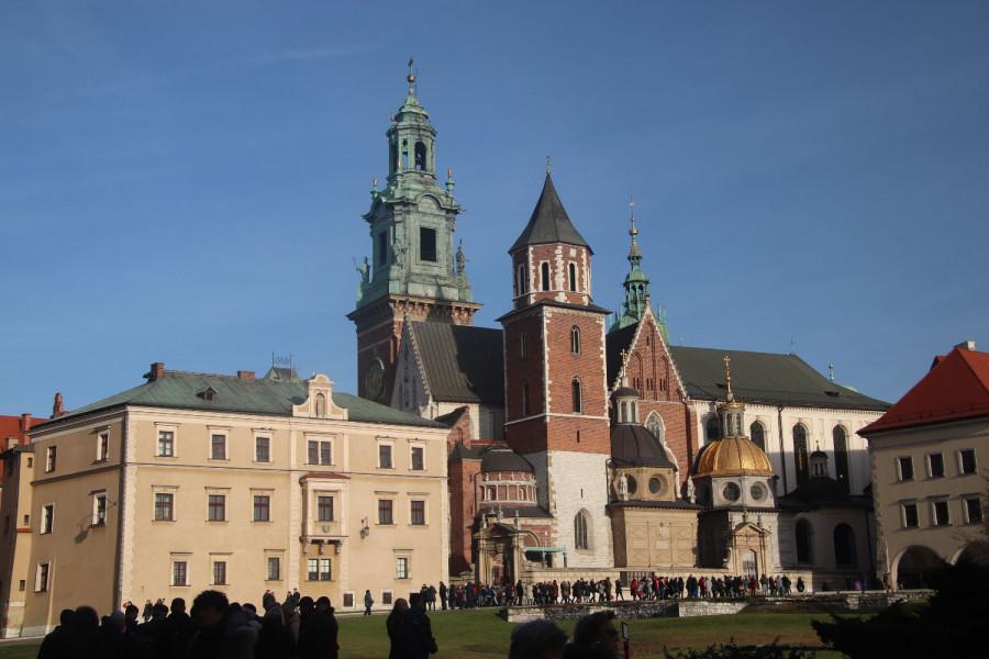 Uprostřed hradu je Katedrála sv. Stanislava a sv. Václava. Kostel, kde byl kardinálem Karol Wojtyla než byl zvolen papežem.