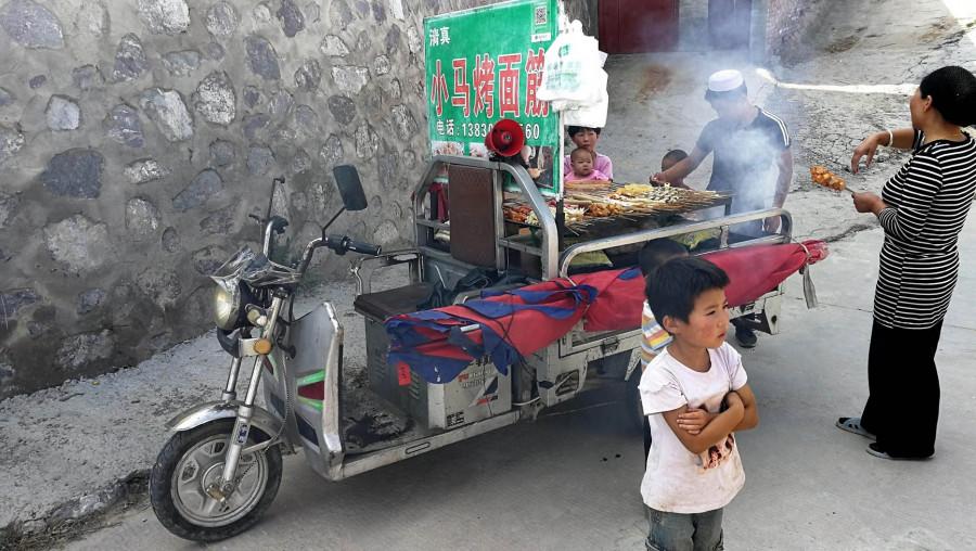 Pojízdné občerstvení (naši hygienici by asi neměli radost z potravin uzených výfukovými plyny)