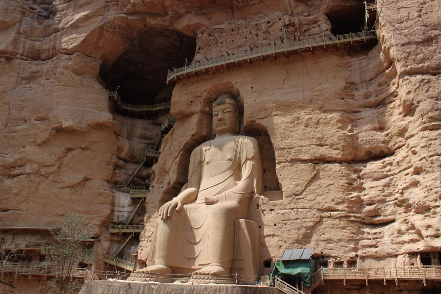 27 metrů vysoký sedící Buddha
