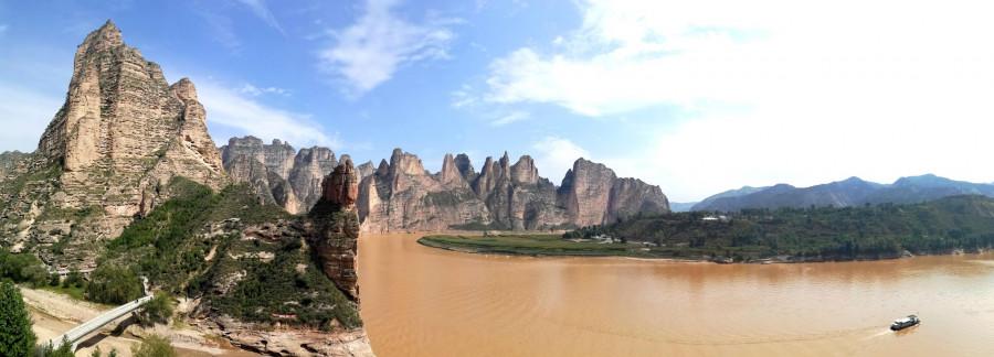 Tuto panoramatickou fotku doporučuji rozkliknout (vlevo ústí do Žluté řeky říčka protékající Binglingsi mezi Jeskyněmi Desetitisíců Buddhů)