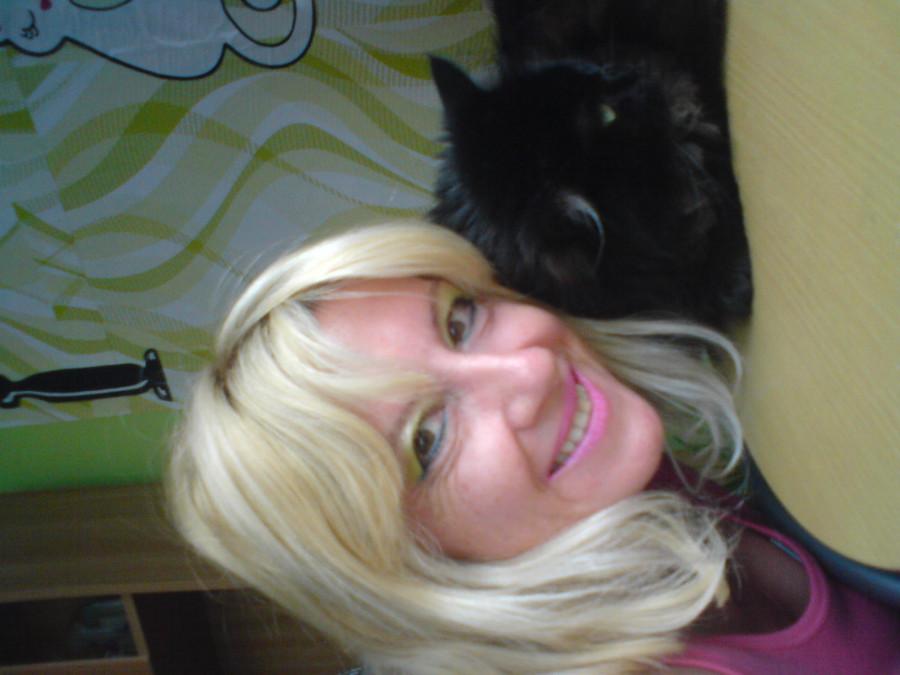 Moje umouněné štěstíčko. Ten kdo tvrdí že černá kočka přináší smůlu ji nikdy nepoznal.