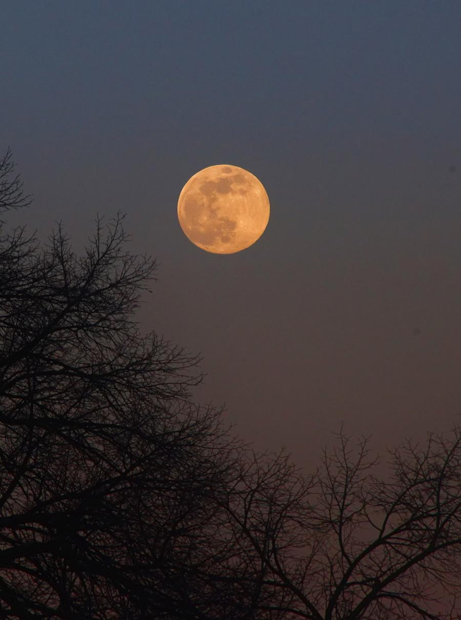 Večer 7. dubna, vycházející měsíc, těsně před úplňkem. Velikonoční svátky se pravidelně konají podle pradávného zvyku kombinujícího solární a lunární kalendář. po prvním úplňku, který nastane po jarní rovnodennosti