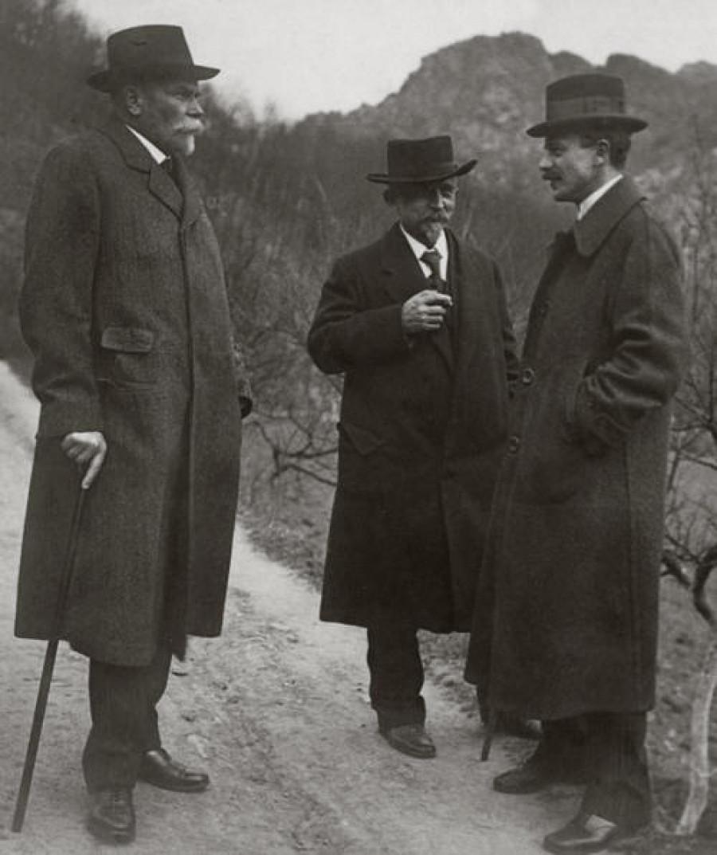 Na fotografii je konspirační schůzka Maffie v Šárce: vlevo Karel Kramář, uprostřed Alois Rašín, vpravo František Sís.