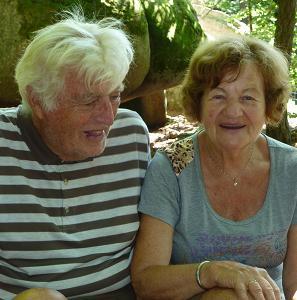 Ne všichni důchodci jsou tak nadšeni z toho, že už jsou téměř v prd...li, jako tito dva, kteří si z ní již udělali poutní místo.