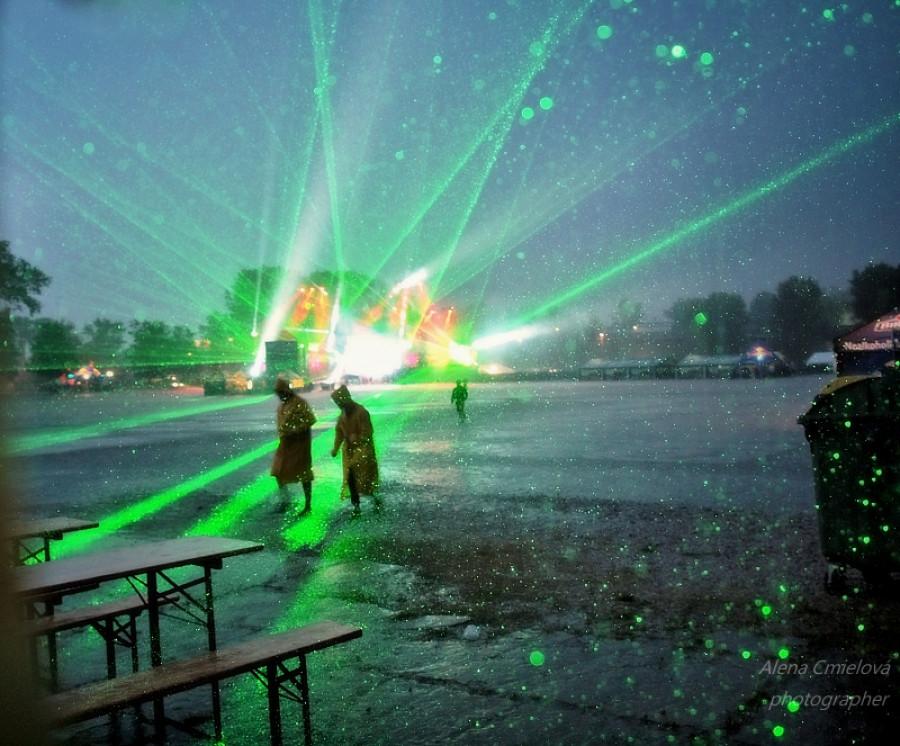 Tancovalo se u pódia i v dešti mezi blesky a vizuálními efekty. DJs nepřestáli hrát