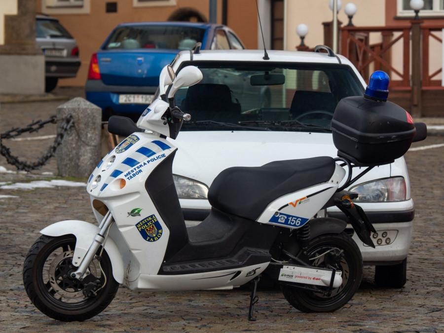 BLOG 55 Policie dohlíží na elektroskůtrech