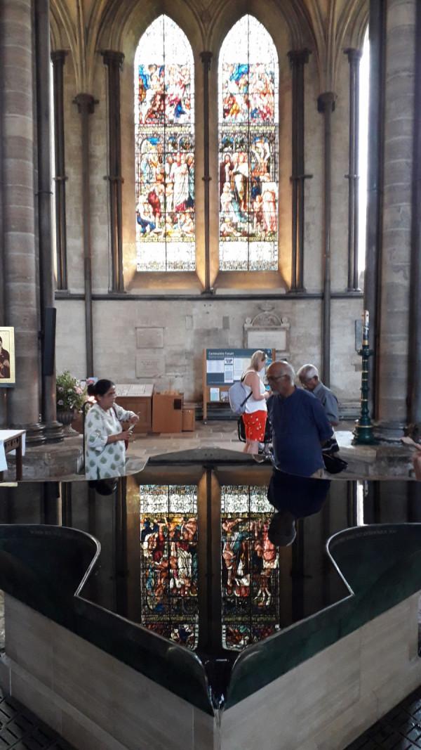 Proudící voda uprostřed katedrály - symbolické a geniální!