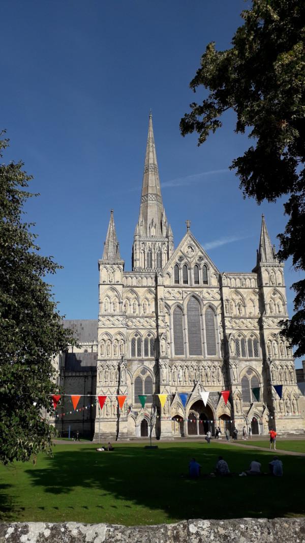 Salisburská katedrála s největší kostelní věží v Británii s krásným číslem 123 m.