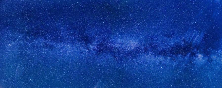 Není potřeba při přesném měření času zohlednit i vliv Mléčné dráhy (na obrázku) nebo dokonce celého vesmíru?
