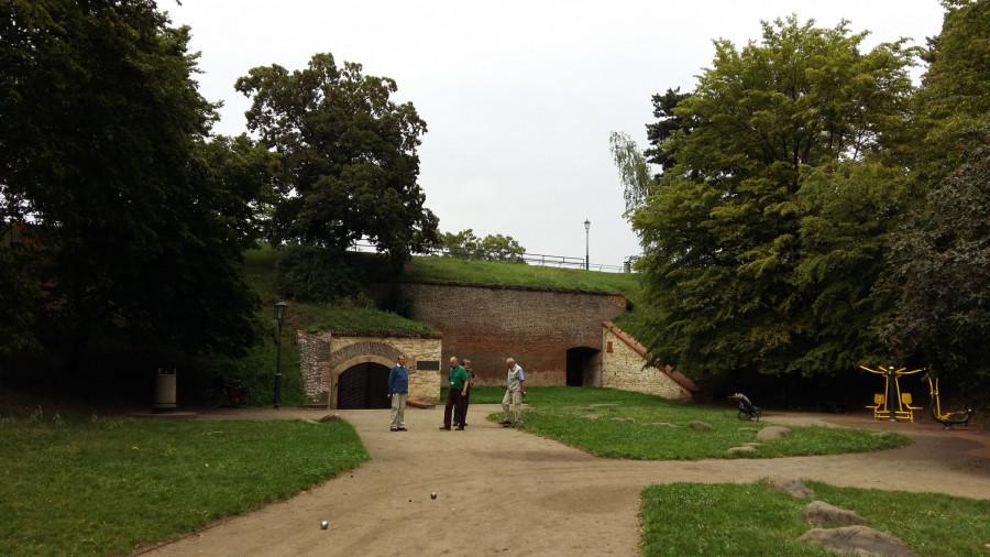 Hřiště, odkud vede přímé schodiště do sálu Gorlice