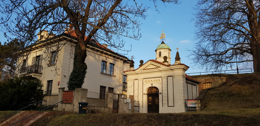 Kaple, za kterou se ukrývá vstup do kostela Stětí sv. Jana Křtitele ze 14. století