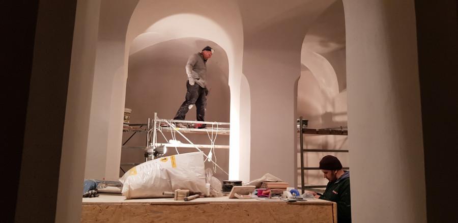 Probíhající rekonstrukce kostela Stětí sv. Jana Křtitele provádí unikátní technikou SAZUS. Jeho speciální trvanlivá prodyšná omítka je vhodná na vlhké historické objekty.