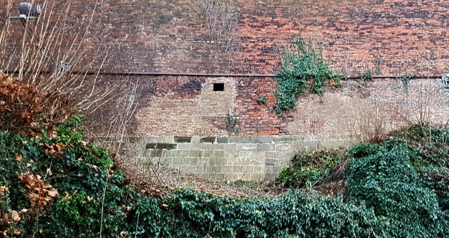 V hradbách je vidět oblouk zazděné Jeruzalémské brány