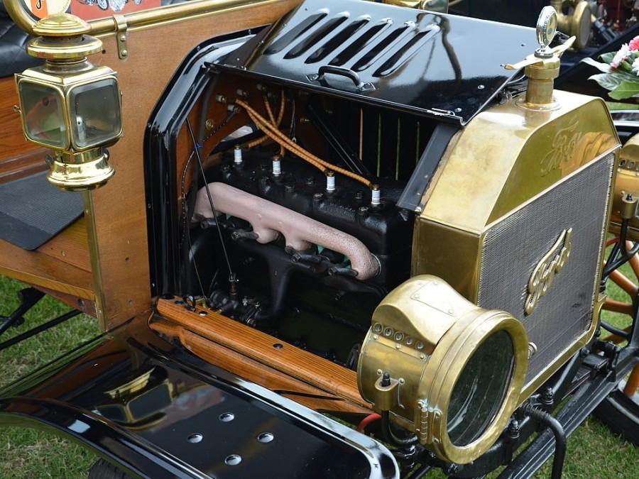 Ford model T, pohled do motorového prostoru