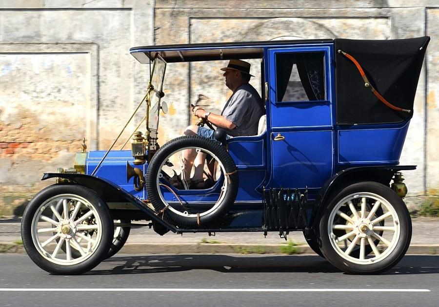 Ford model T označovaný jako Town Car byl využíván například v taxislužbě. Tento šesti- až sedmimístný vůz měl mezi první a druhou řadou sedadel vložena dvě sklopná sedátka, na nichž se sedělo proti směru jízdy. Tyto vozy jezdily nejčastěji v černé a tmavě modré barvě.