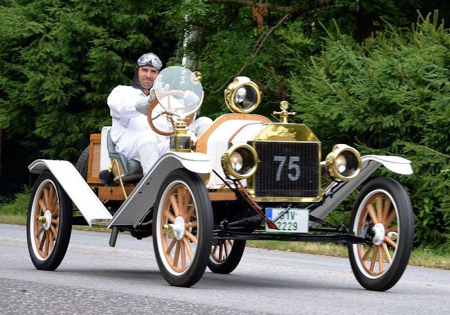 Sportovní vůz Ford model T Speedster, tento je z roku 1912. Dlouhá léta tahal zobrazený Speedster ve Státech po poli brány. Drobný americký rolník se o něj samozřejmě staral, tedy jako o traktor. Speedster jezdil, fungoval, ale takto rozhodně nevypadal. Pak trávil zasloužený odpočinek na vejminku, kde jeho stav dále degradoval. Současný majitel ho vysvobodil a až náročná renovace vrátila vozu jeho zašlou krásu.