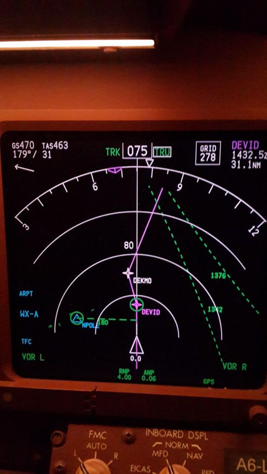 Pohled na mapu poblíž severního pólu (bod NPOLE). Povšimněte si rozdílu mezi True Track a Grid Course.