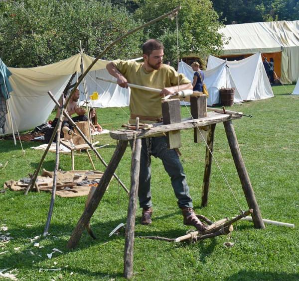 Funkční soustruh na dřevo s nožním pohonem.