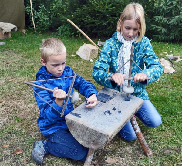 Vrtání otvoru do kamene pomocí nástroje svidříku.