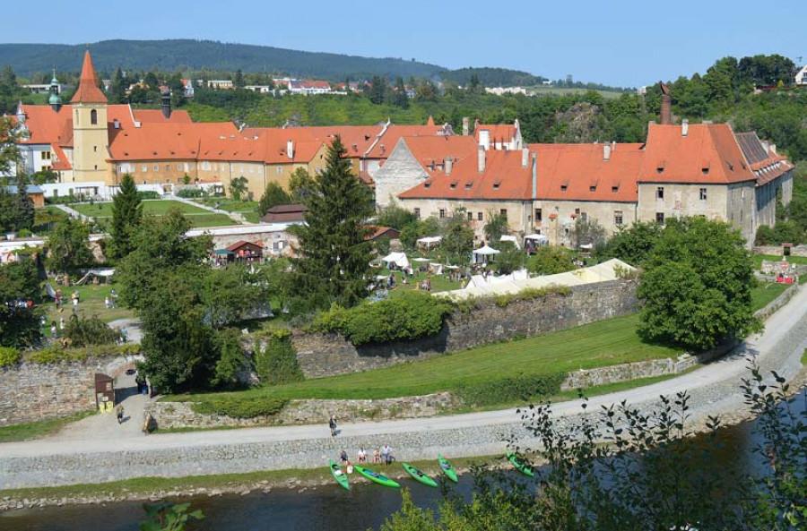 Pivovarská zahrada Eggenberg z nadhledu. Místo konání Krumbenowe. Vpravo pivovar Eggenberg. Nalevo komplex českokrumlovských klášterů minoritů a klarisek.