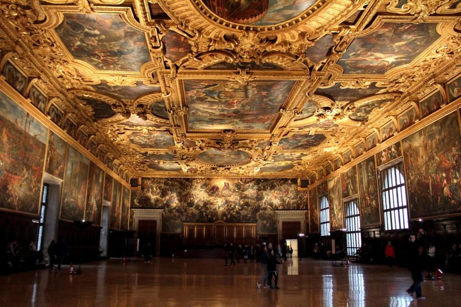 Dóžecí palác - síň Velké rady (průčelí sálu s Tintorettovým Rájem, prý největší olejomalbou světa)