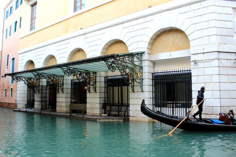 Do divadla Teatro La Fenice lze připlout gondolou