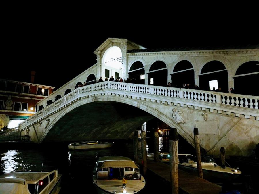 Most Rialto v noci