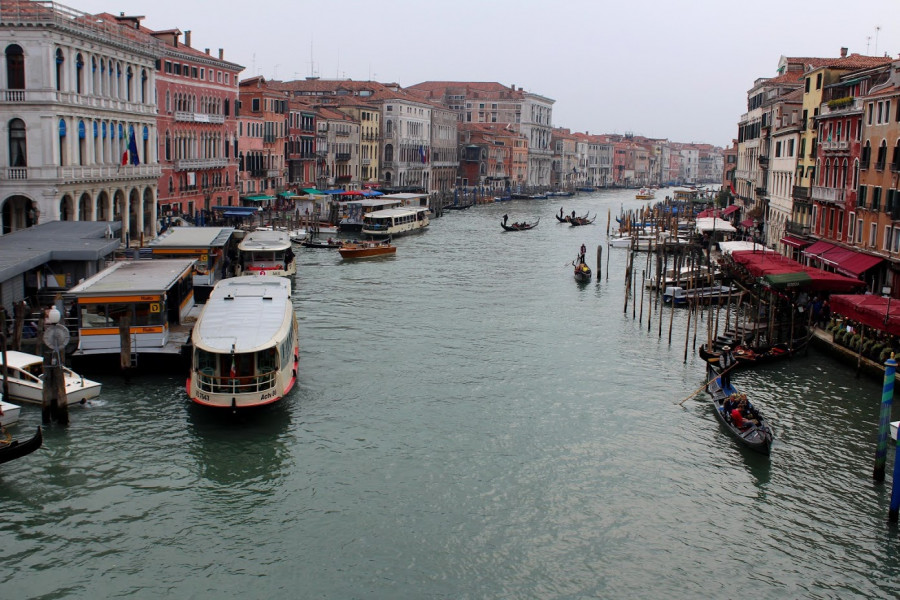 Canal Grande z mostu Rialto, vlevo vaporetta a oranžová nástupiště na ně - nevypadají jako čekající lodě?