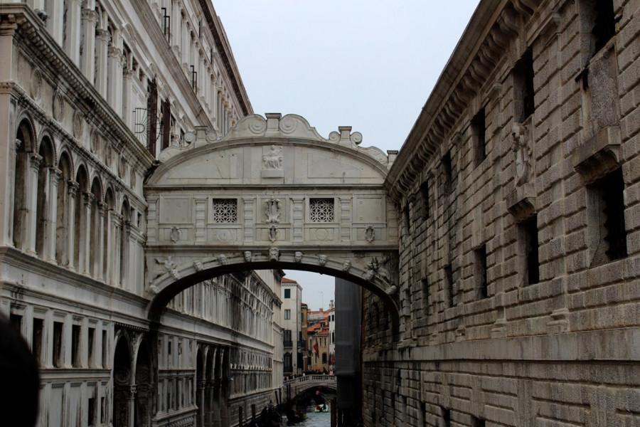 Most vzdechů - tudy vodili odsouzence z paláce (tedy od soudu) do vězení